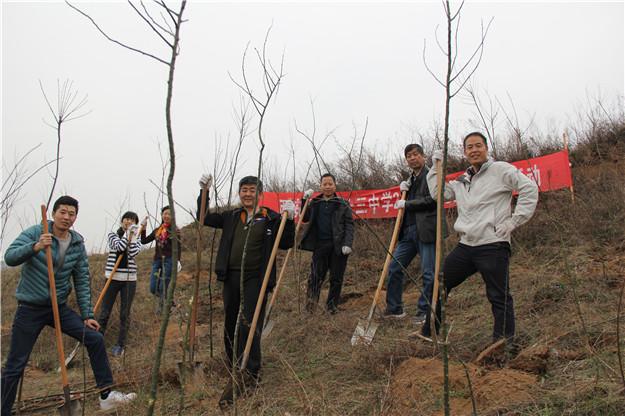 我校开展党员义务植树造林志愿者服务活动