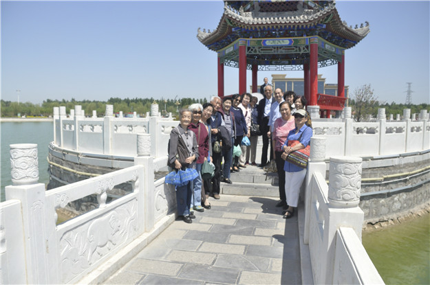 我校组织退休教工赴大荔县参观游览