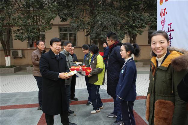 """我校隆重举行""""怀梦想 正青春 致远方""""高2016级学生成人仪式"""