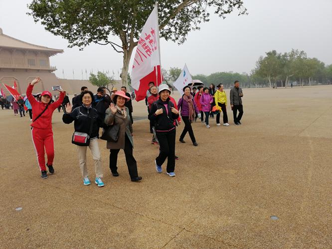 """我校参加市教育局组织的退休教师""""快乐每一天,健步行""""活动"""